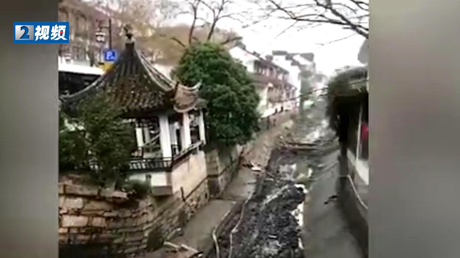苏州十全街塌陷 目击者:听到轰轰声 房子慢慢的变矮了!