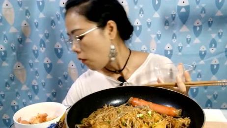 吃播大胃王:萌妹子吃鸡肉炖粉丝,好想承包她的第一口呀!