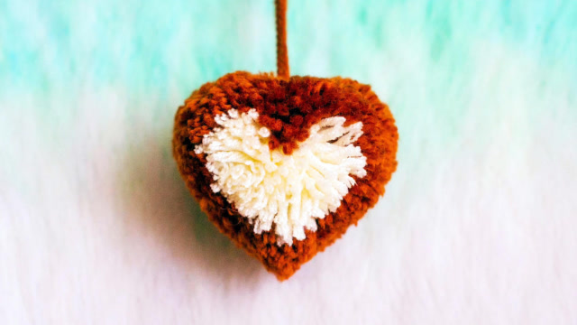 手工制作小饰品,动手用毛线制作爱心挂饰挂件
