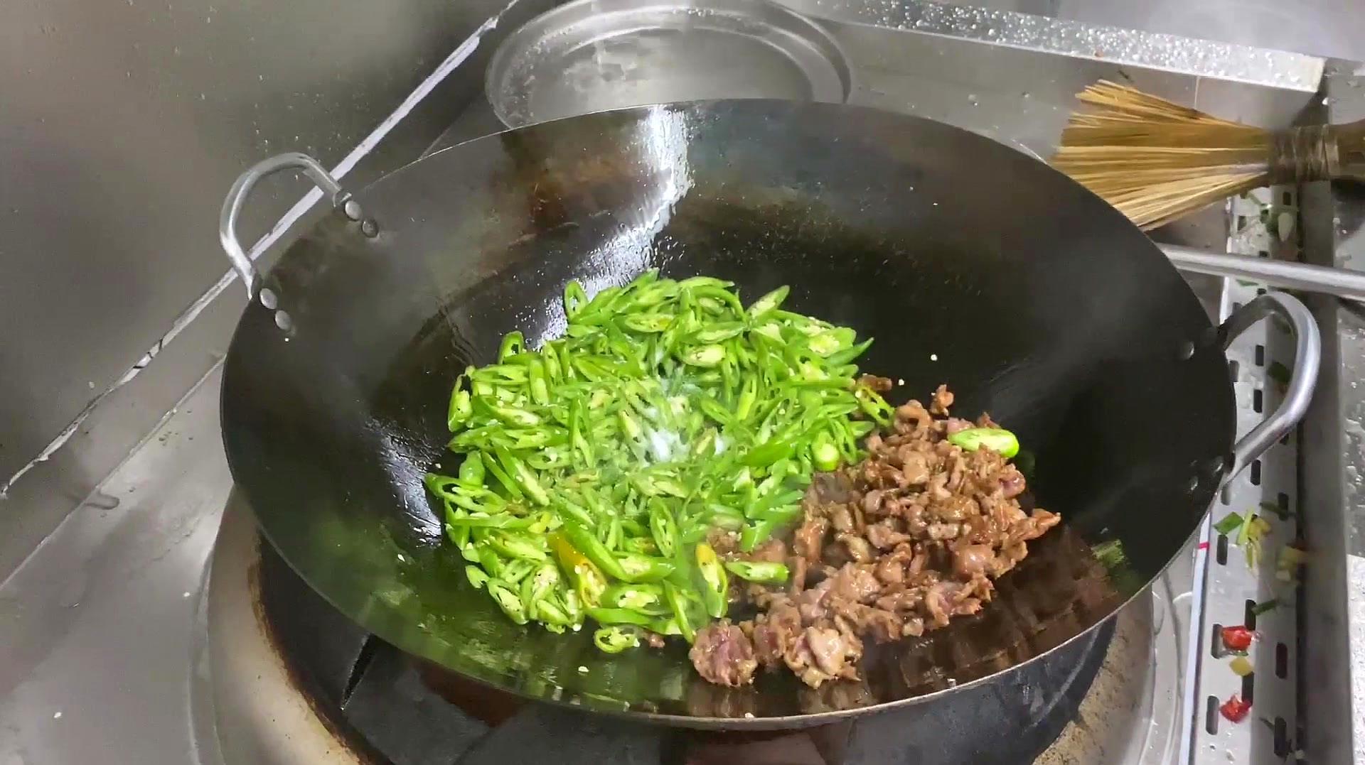 怪不得餐馆的青椒炒肉好吃,大厨是这样炒出来的,你看看正宗不