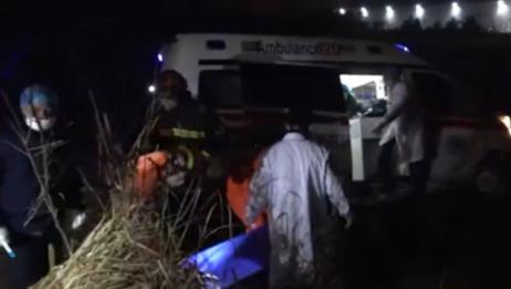 安徽一救护车失控开下沟渠!多人被困一患者危急,现场展开紧急救援