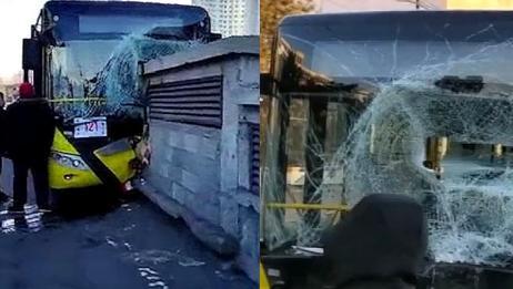 公交车撞上路边通风口致17名乘客受伤:司机说脑袋懵了一下