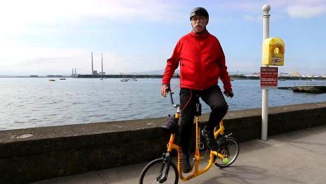 牛人发明侧骑自行车,可以练习滑雪的技术,加强自身的平衡感