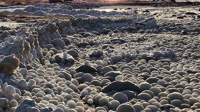 """芬兰海滩罕见出现上万颗""""冰蛋"""" 画面壮观!"""