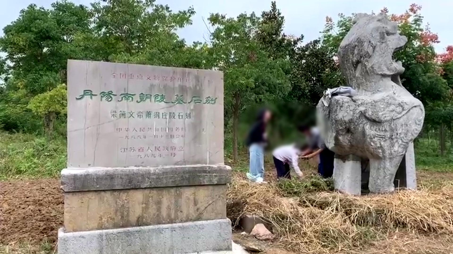 1500岁南朝石刻遭高校师生非法拓印 带队老师道歉:不知违法
