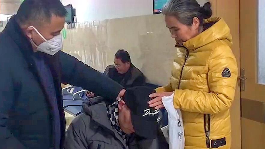 张志超突发疾病沧桑就医 入狱15年无罪释放 连日采访勾起伤心过往