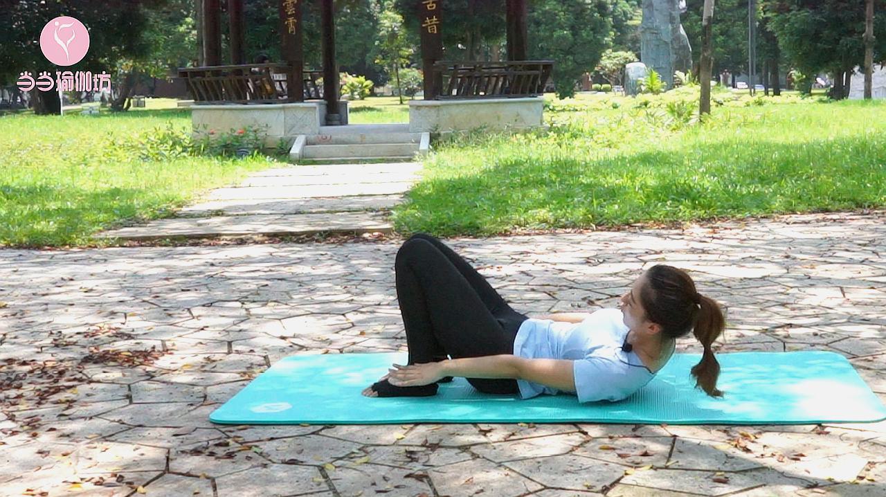 腰部肉肉松松垮垮?1个动作快练起来,紧实肌肉,练出迷人腰线