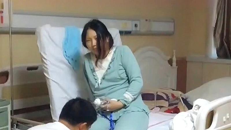 现在的女人太不容易了,剖腹产第二天这样下床,看着都心疼!