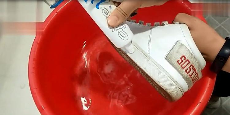 小白鞋脏了,教你清洗的方法,立马变得洁白如新,厉害又实用