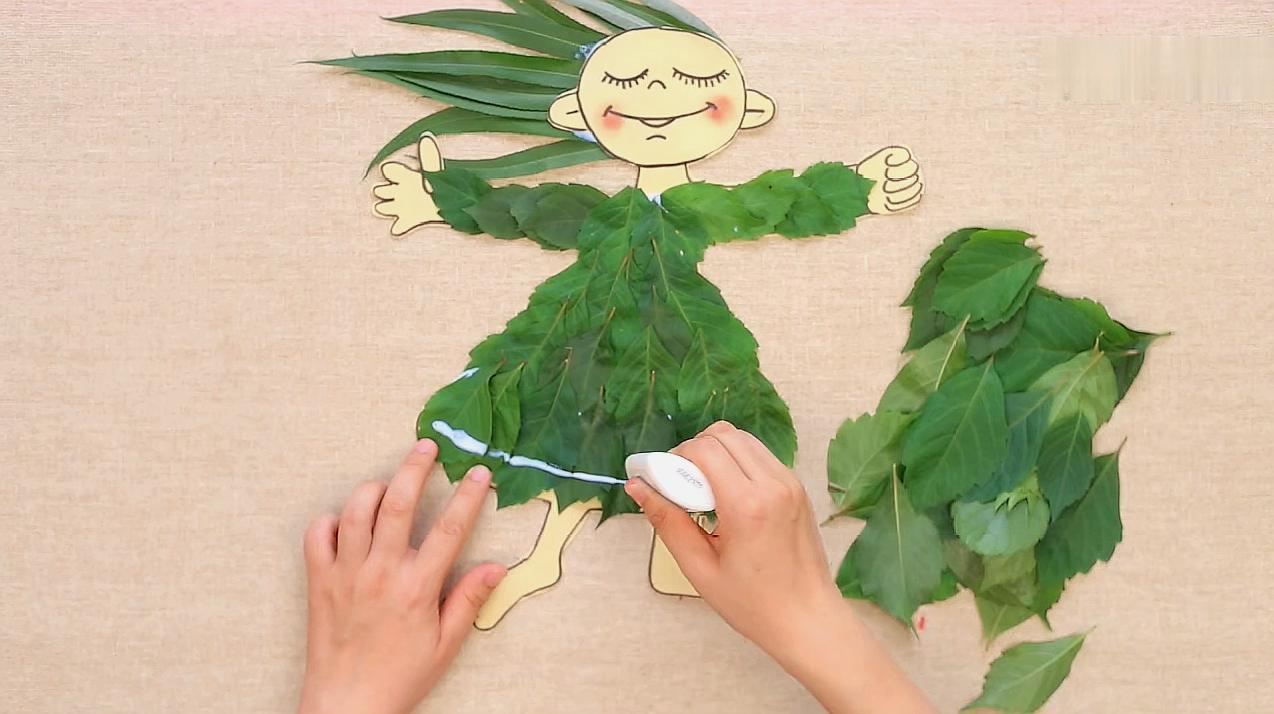 4树叶小动物:选用各种形状的树叶,在纸上拼出小动物的形状,最后用图片
