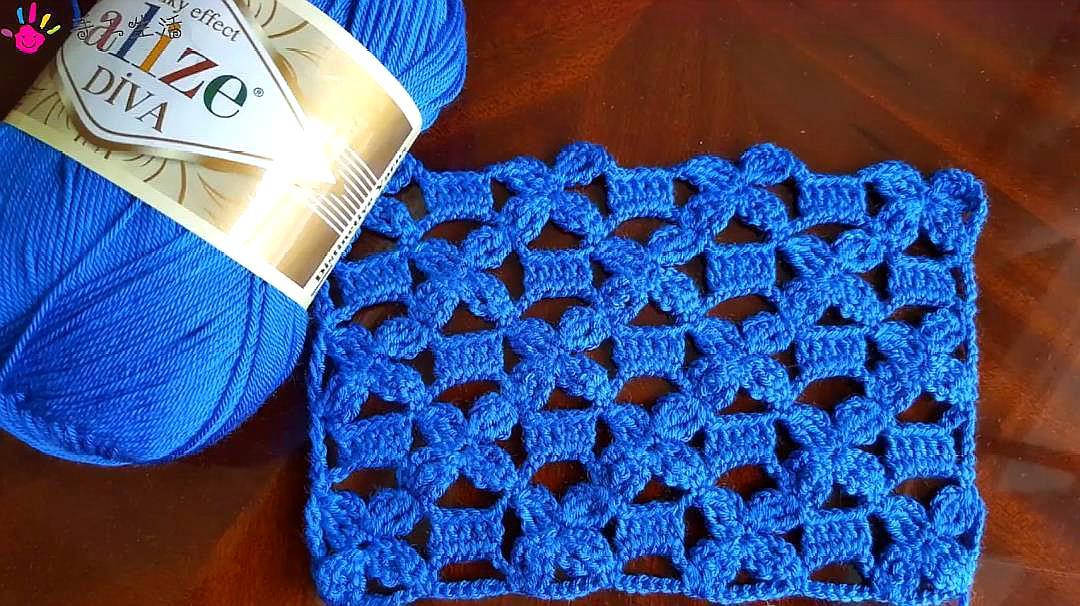 钩针编织蓝色的镂空蕾丝花片,精致大方,织一件披肩或者开衫不错