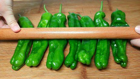 青椒这样做太香了,擀面杖一擀,没想到这么好吃,超级下饭