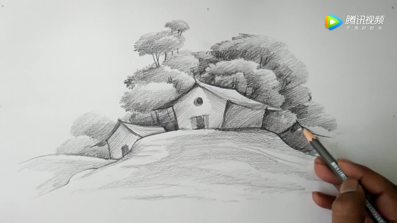 1铅笔风景画教程:先用铅笔画出一座小山峰,在阴影处加深颜色,在远处