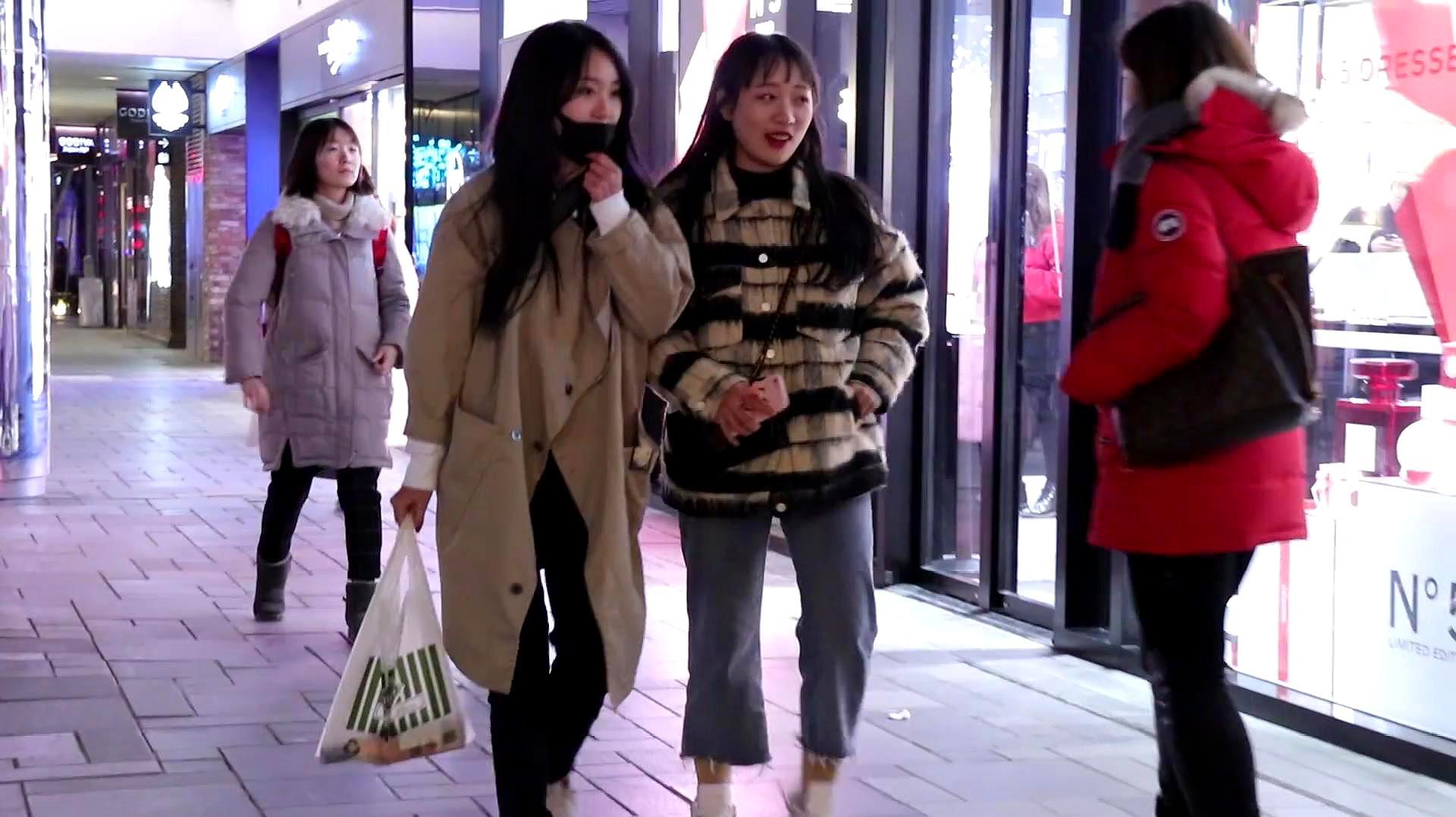 街拍:寒冬北京街头的夜晚,会有好看的小姐姐吗?