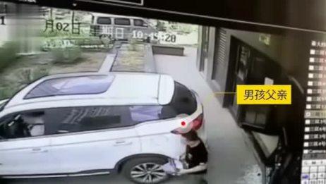 呼和浩特一男子倒车撞倒两岁小孩!事故原因却在副驾驶