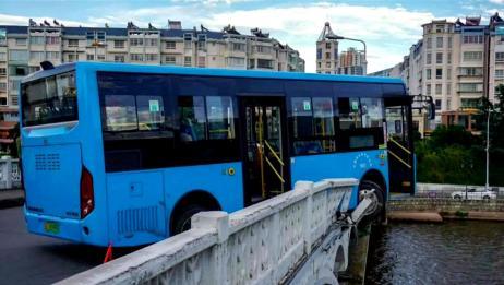 """公交车撞破桥梁护栏半个车头悬空!市民目睹车祸现场惊呼""""恐怖"""""""