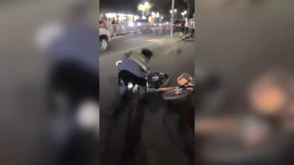 网传交警用单车扔摩托车致1死1伤 官方:系致2人受伤