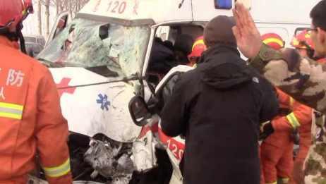 救护车撞树司机被困,消防救出送医