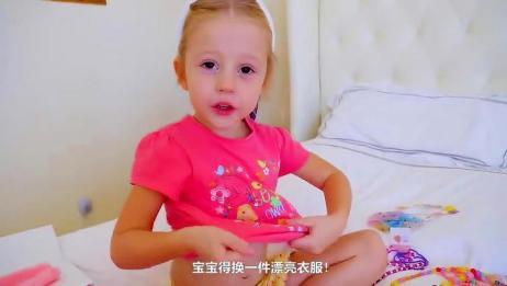 萌娃小可爱真是萌萌哒!小家伙自己把自己打扮的美美的,萌娃:我漂亮吗?