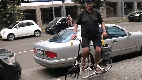 60岁老大爷发明侧骑自行车,时速40公里,30万高价不卖