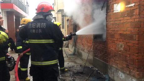 信阳平桥一胡同里浓烟滚滚 消防员逆火而行