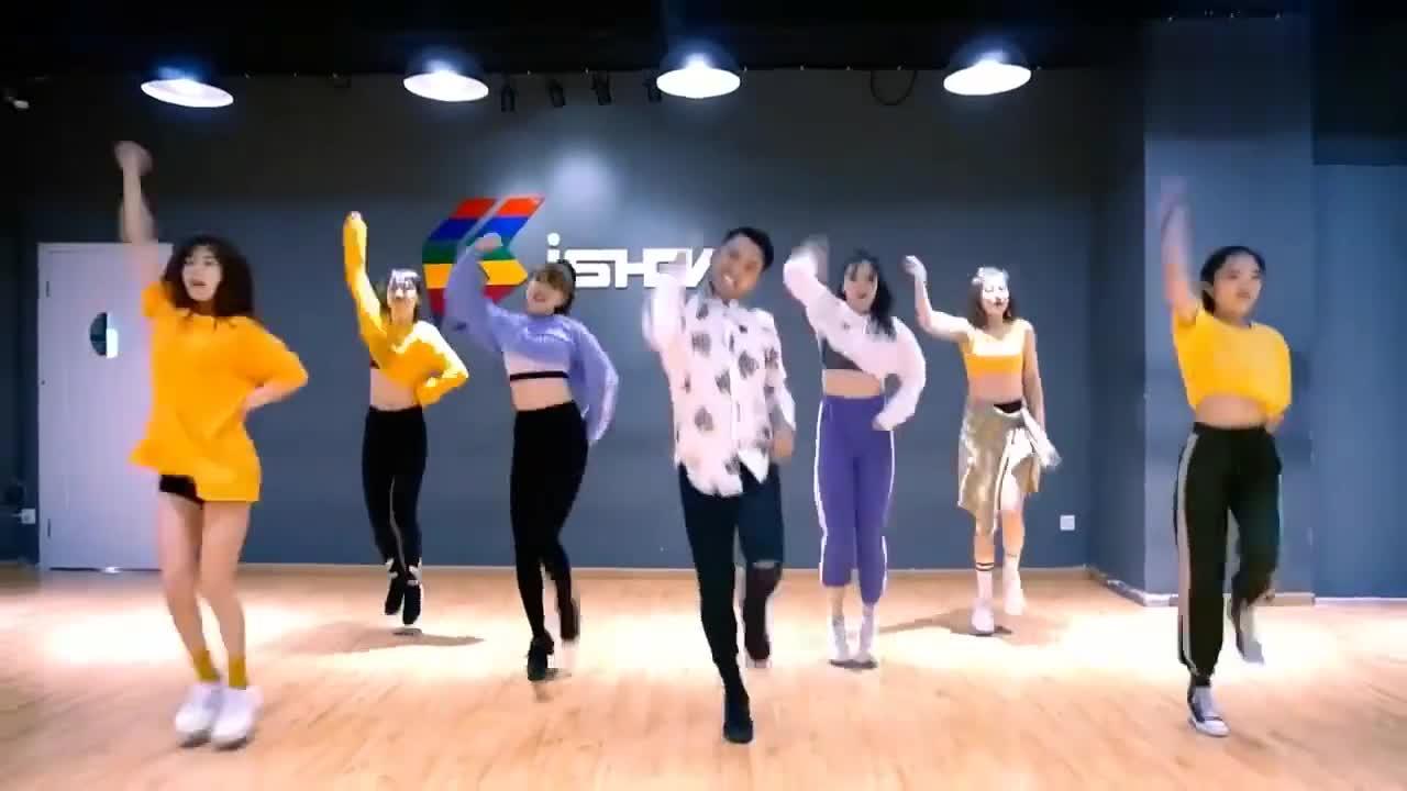 然后根据口令进行了分解的教学,每个舞蹈动作都比较简单,只要注意其中图片