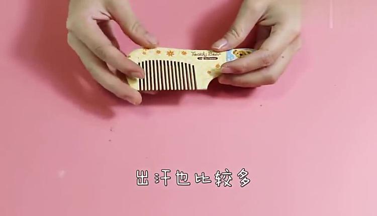 小苏打涂抹在梳子上,改善了女性朋友的困扰,现在知道还不晚!