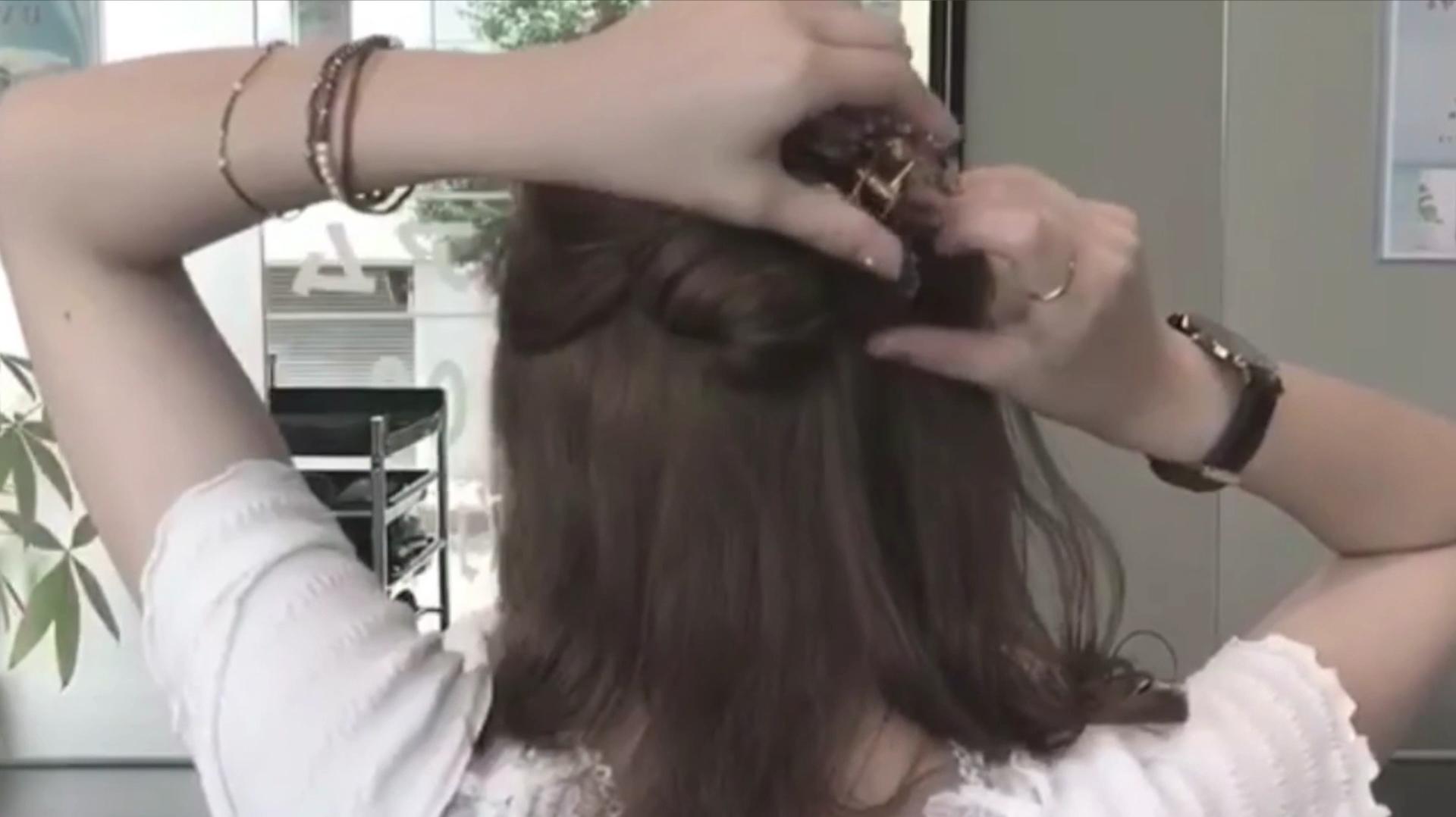 女人只要把头发这样简单扎一扎,瞬间年轻时尚又百搭!