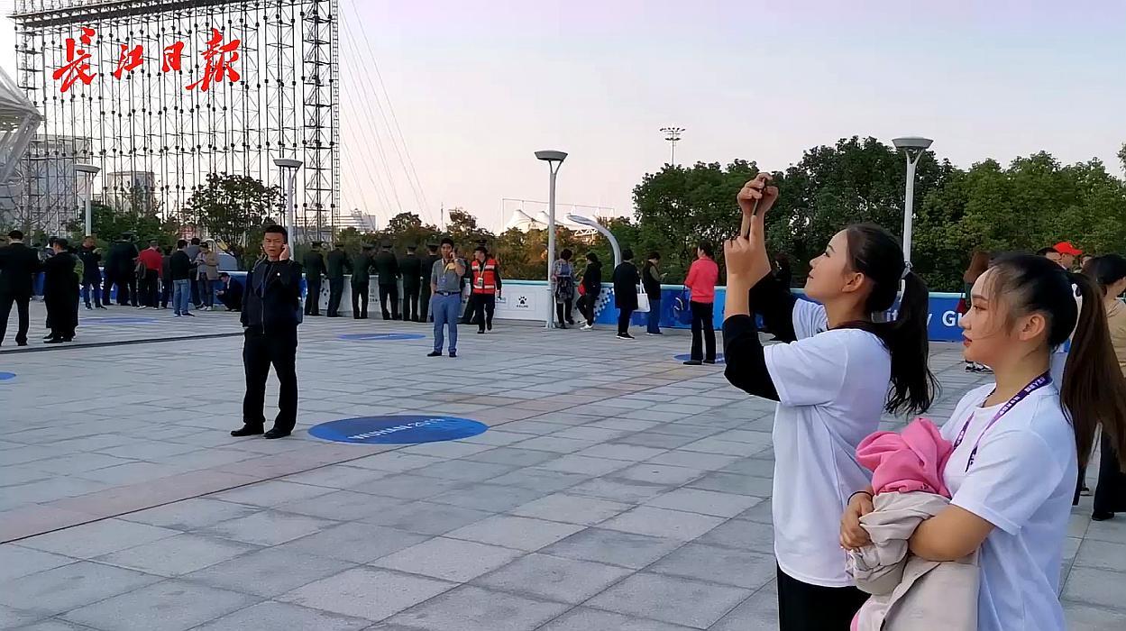 军运会开幕式即将在武汉举行,观众开始陆续进场啦