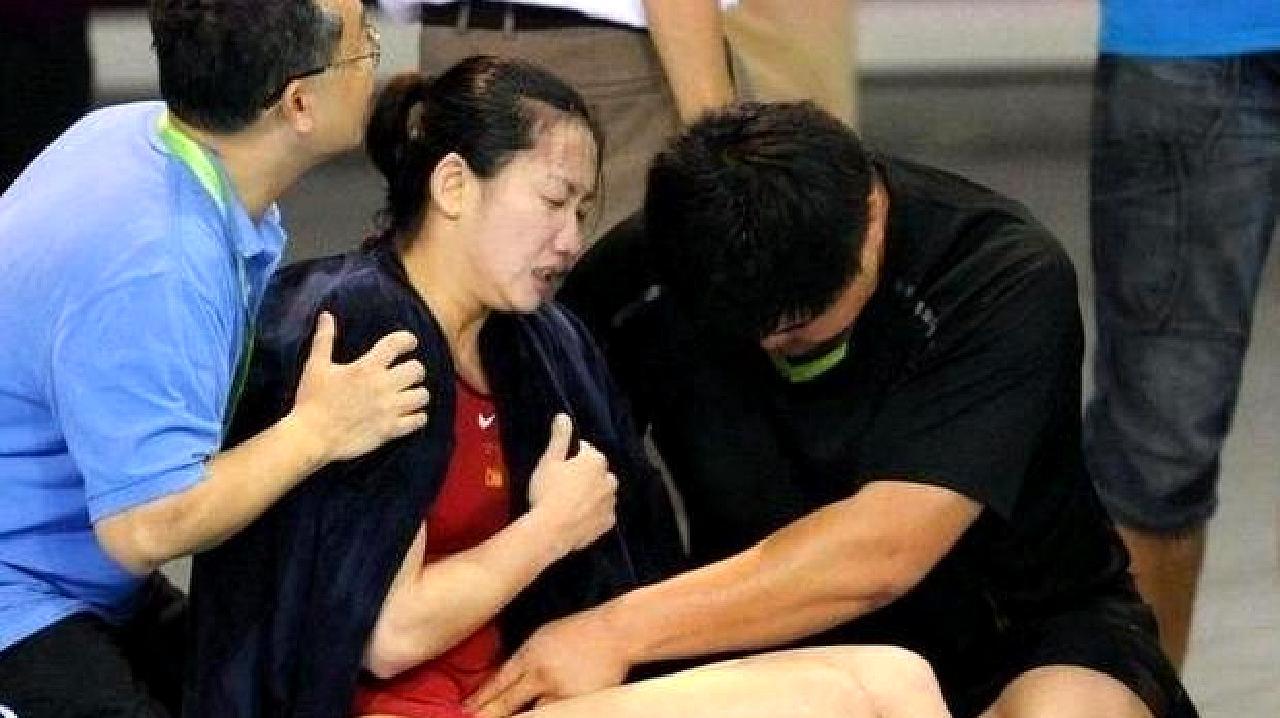 女运动员比赛碰上生理期怎么办?事后被教练抱着回去
