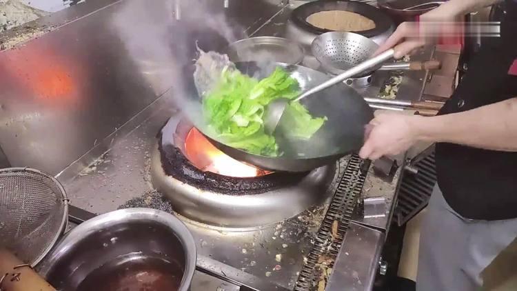 为什么饭店的炒青菜绿油油的,大厨教了我两招,在家也能做