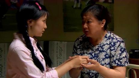 农村姑娘为了男友在城里打工,手上的皮都磨掉了,母亲看得太心疼