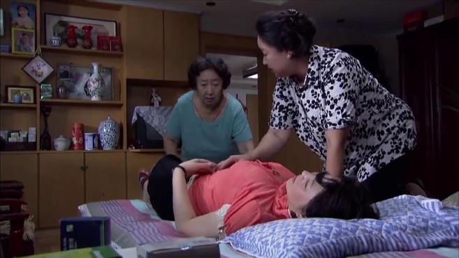 大妈怀疑儿子女友生过孩子,故意把她灌醉,一看肚子瞬间明白了!