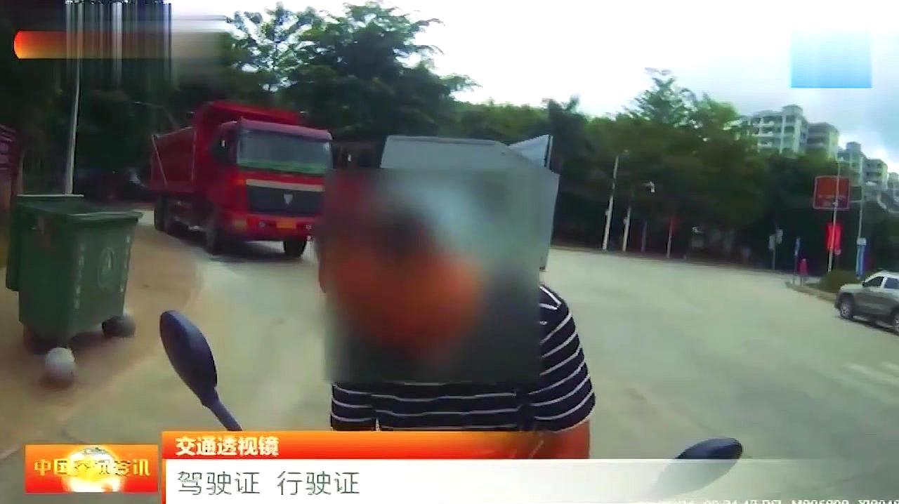 广东汕头交警扔单车逼停逃逸摩托车 官方通报:辅警将单车推出