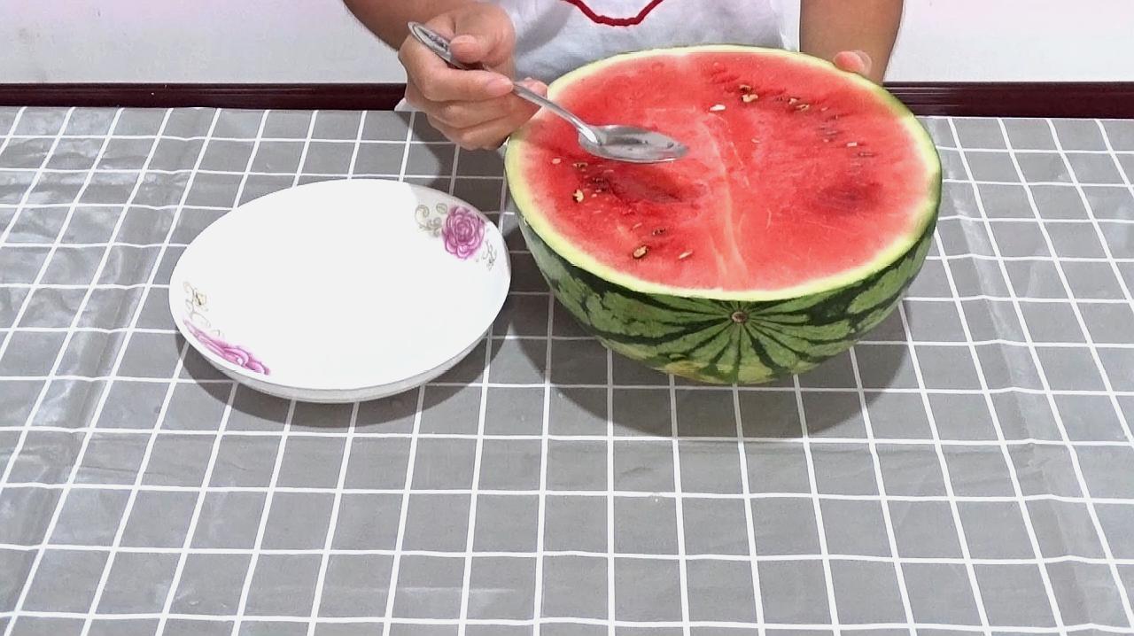 为什么吃西瓜不能用勺子挖着吃?原因在这里,快看看