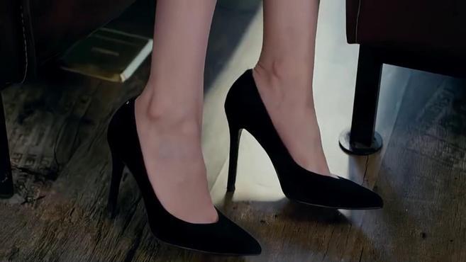 美女身材比例太好,黑色露肩短裙配上一双黑色高跟鞋,简直太美了