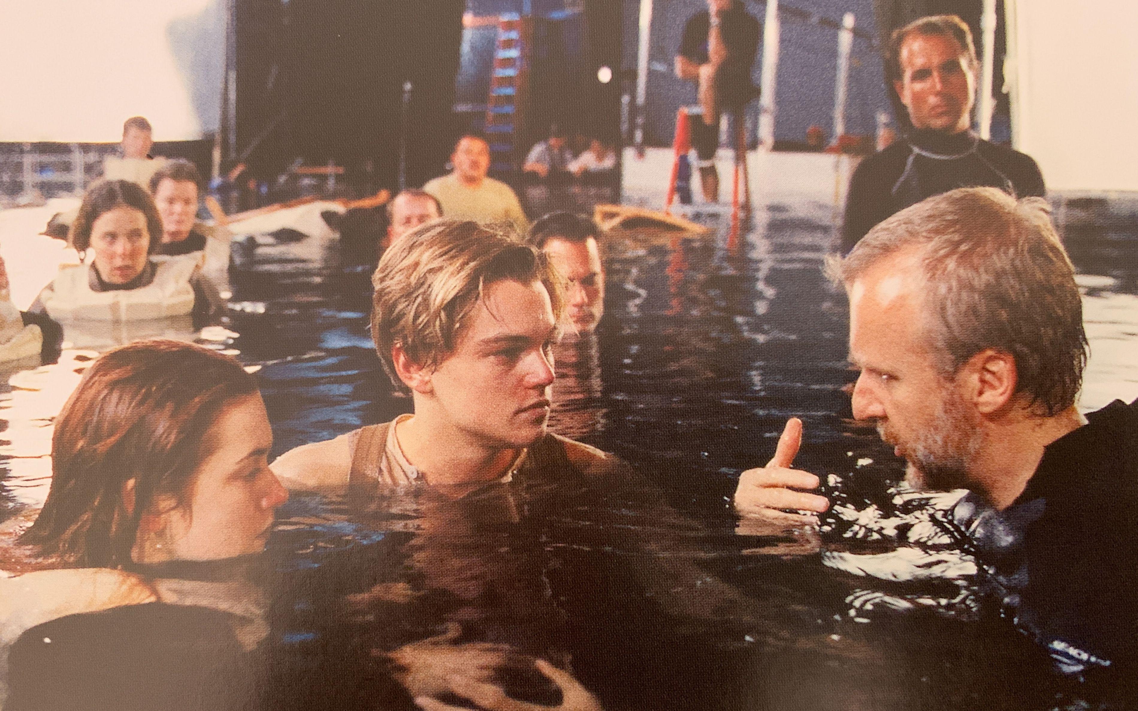 看看《泰坦尼克号》的真实拍摄过程,谁能想到是在游泳池里拍摄的