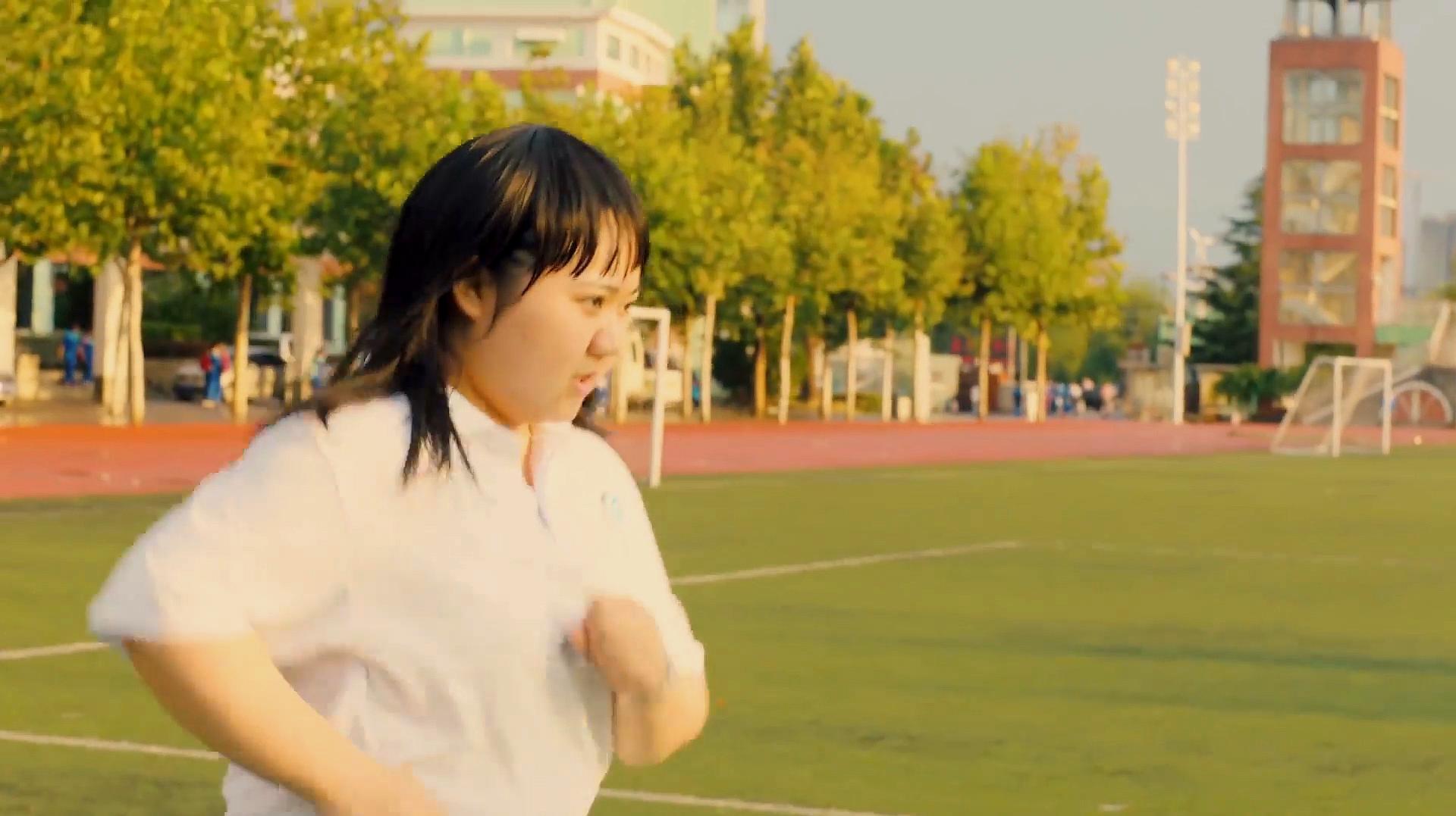 胖女孩整天受到同学嘲笑,为了追求校草,减肥后的她像换了个人!