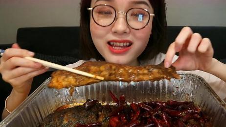 萌妹子吃加辣版麻辣烤鱼,开头的擤鼻涕声音也太可爱了吧
