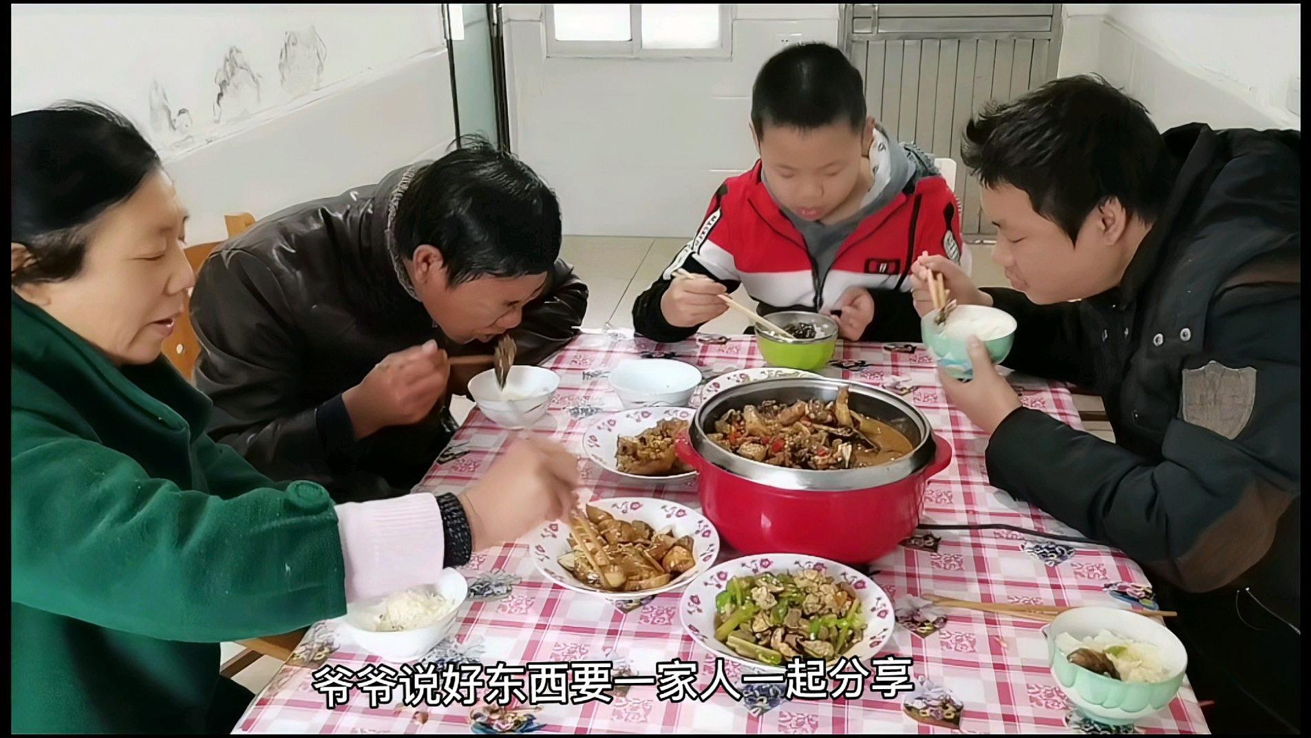 甲鱼猪蹄荆州特色吃法,大人们吃得欢,为啥唯独刘夏儿子气呼呼
