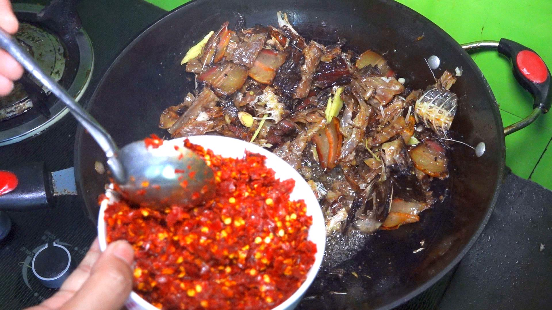 这是年前剩下的腊鱼,配上自家的辣椒面,这样炒的腊鱼最下饭