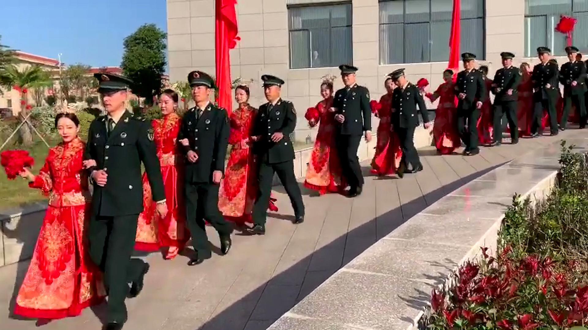 这里有一份东风快递专送狗粮!火箭军为116对新人举办集体婚礼