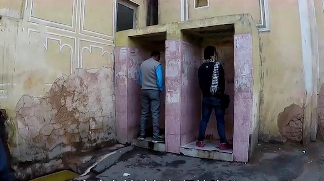 印度女性面对露天厕所,她们都是怎么保护隐私的?太让人心疼!