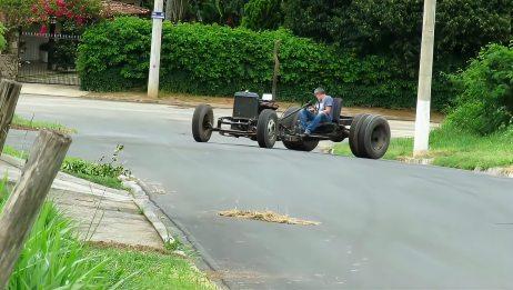 报废零件改装的加长版拖拉机已经可以正常行驶了,国外大爷还真牛
