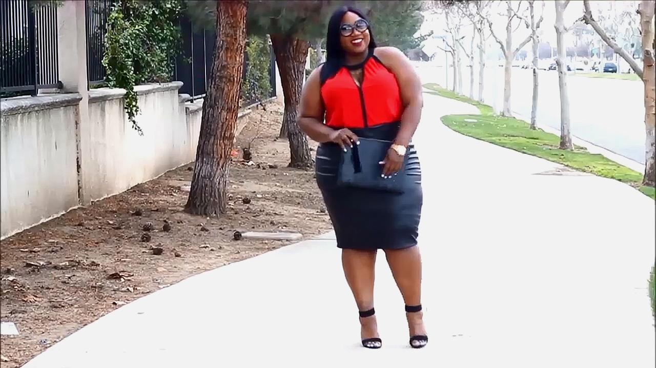 潮流穿搭:红色上衣搭黑色裙子、高跟鞋,妹子这样穿真好看