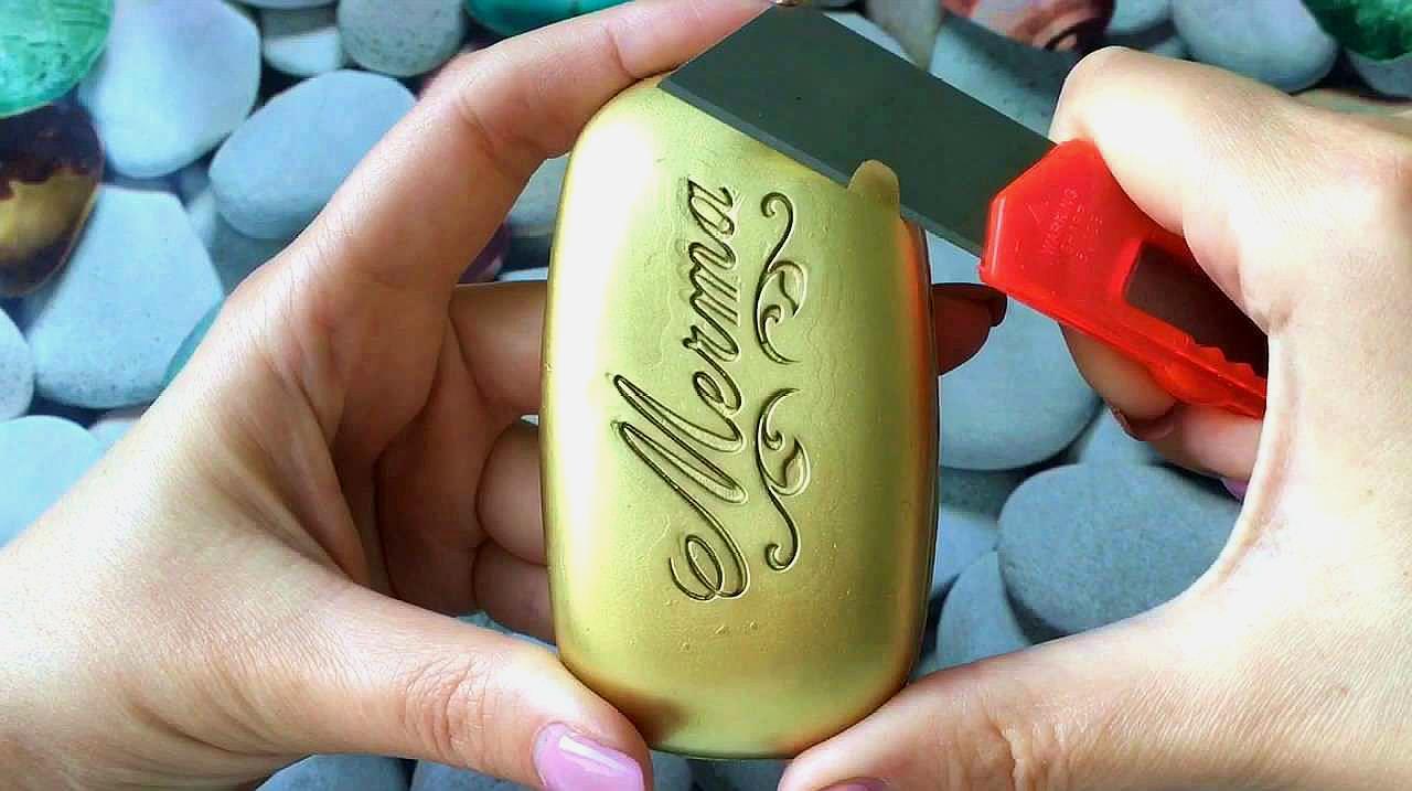 刮一块金色的漂亮香皂,每一刀都很解压