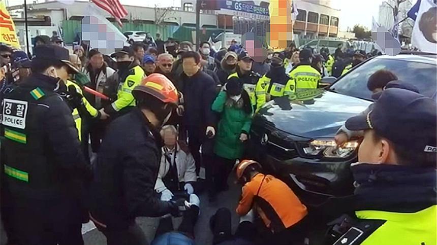 力挺朴槿惠!韩国群众游行,一车辆突然撞上队伍致7人受伤