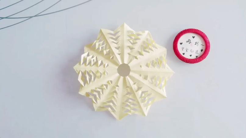 制做圆形纸雪花窗花的步骤图片