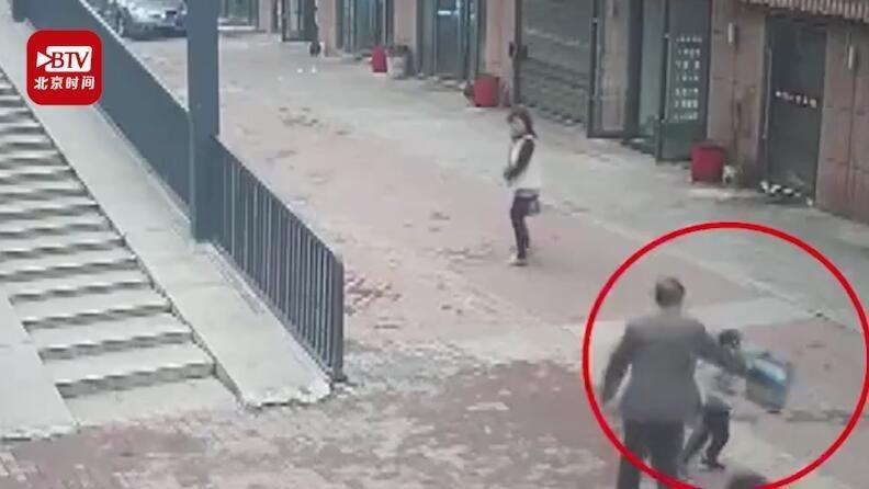 4岁男童劝说老人不能逃票反被打 民警:孩子你做得对