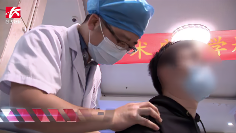 男子一口气做完50个俯卧撑后肩膀剧痛,就医检查后结果让人意外